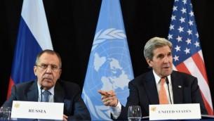 Le secrétaire d'Etat américain John Kerry (à droite) et le ministre russe des Affaires étrangères Serguei Lavrov (à gauche) pendant une conférence de presse à Munich, dans le sud de l'Allemagne, le 12 février 2016. (Crédit : AFP/Christof Stache)