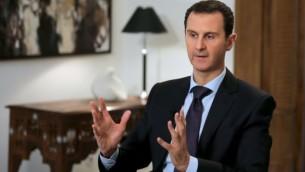 Le président syrien Bashar el-Assad, le 12 février 2016 dans son bureau à Damas (Crédit : AFP/Joseph Eid)