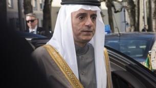 Le ministre saoudien des Affaires étrangères Adel bin Ahmed Al-Jubeir arrive à l'hôtel Bayerischer Hof pour participer à la 52ème conférence de Munich sur la sécurité, le 12 février 2016. (Crédit : AFP / THOMAS KIENZLE)