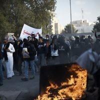 Des Bahreïnis prennent part à une manifestation pour marquer le cinquième anniversaire du soulèvement du Printemps arabe qui a eu lieu le 12 février, 2015, dans le village à majorité chiite de Sitra, au sud de Manama (Crédit : AFP / MOHAMMED AL-SHAIKH)