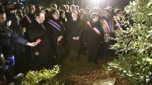 Le ministre de l'Intérieur Bernard Cazeneuve (C) aux côtés du président du Consistoire, Joël Mergui (g) et la maire de Bagneux Marie-Hélène Amiable (3e à d) à une cérémonie marquant le 10e anniversaire de la mort d'Ilan Halimi, le 13 Février, 2016, à Bagneux, près de Paris. (Crédit : MATTHIEU ALEXANDRE / AFP)