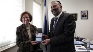 Beate Klarsfeld, reçoit une carte d'identité israélienne des mains d'Aryeh Deri, le 15 février 2016 (Crédit : AFP / THOMAS COEX)