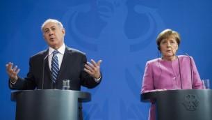 La chancelière allemande Angela Merkel (à droite) et le Premier ministre israélien Benjamin Netanyahu lors d'une conférence de presse à la Chancellerie à Berlin le 16 février 2016 (Crédit : AFP / ODD ANDERSEN)