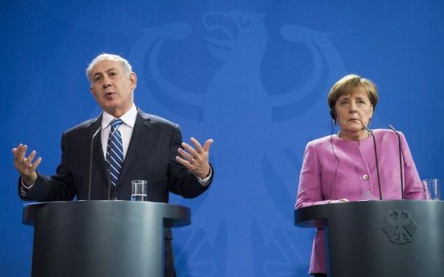 La chancelière allemande Angela Merkel et le Premier ministre israélien Benjamin Netanyahu lors d'une conférence de presse à la Chancellerie à Berlin, le 16 février 2016. (Crédit : Odd Andersen/AFP)