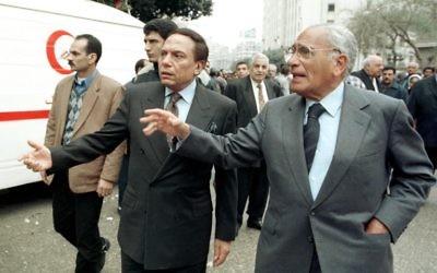 Une photo prise le 6 février 1999 du journaliste égyptien Mohamed Hassanein Heykal (à droite) et le comédien Adel Imam assister aux funérailles de l'écrivain égyptien Lotfi al-Kholi, un important promoteur de la paix avec Israël (Crédit :  AFP / AMR NABIL)