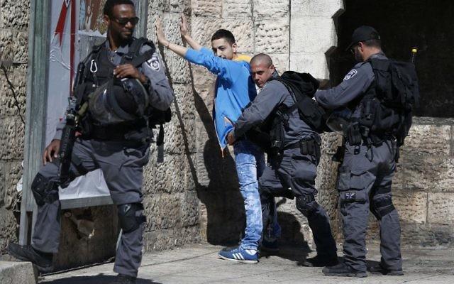 La police des frontières contrôle un Palestinien porte de Damas, dans la Vieille Ville de Jérusalem, le 17 février 2016. Illustration. (Crédit : Ahmad Gharabli/AFP)