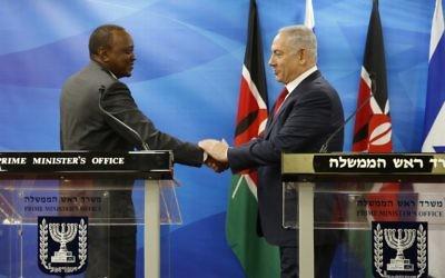 Le président du Kenya Uhuru Kenyatta (à gauche) et le Premier ministre Benjamin Netanyahu pendant une conférence de presse commune à Jérusalem, le 23 février 2016. (Crédit : AFP/Pool/Amir Cohen)