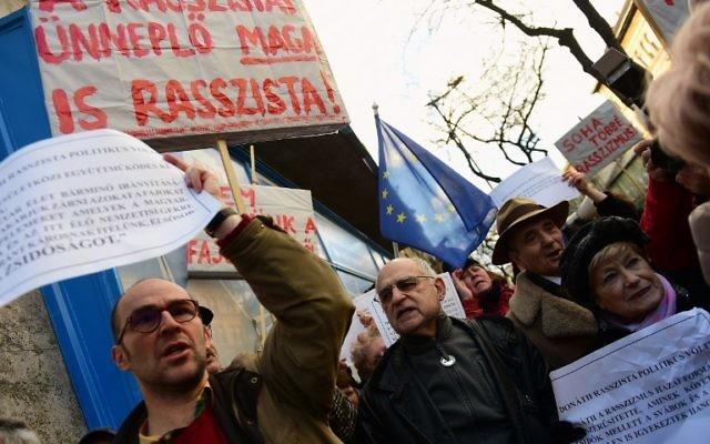 Un manifestant contre l'inauguration d'une statue d'un politicien de l'époque de l'Holocauste et victime du régime communiste, Gyorgy Donath, à Budapest le 24 février 2016. (Crédit : AFP / ATTILA KISBENEDEK)