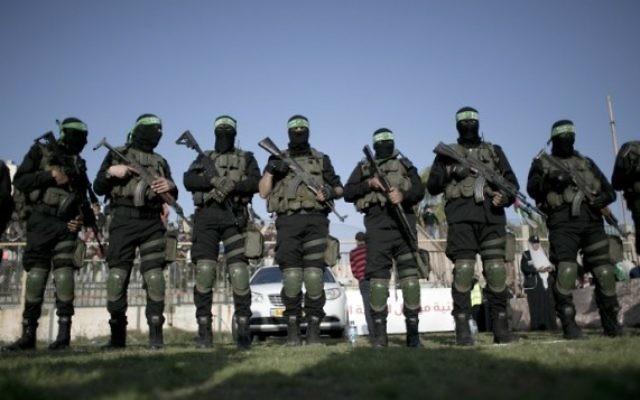 Des membres des Brigades Ezzedine al-Qassam , la branche armée du Hamas, pendant un rassemblement anti-Israël à Rafah, dans le sud de la bande de Gaza, le 26 février 2016. (Crédit : Said Khatib/AFP)