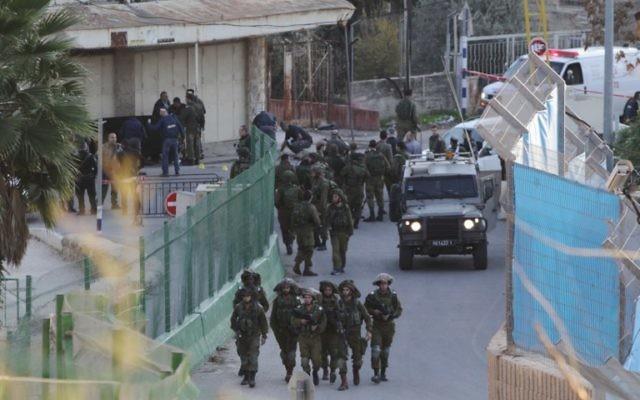 Forces de sécurité israéliennes sur les lieux d'une attaque au couteau, près du Tombeau des Patriarches à Hébron, le 7 décembre 2015. Illustration. (Crédit : Hazem Bader/AFP)