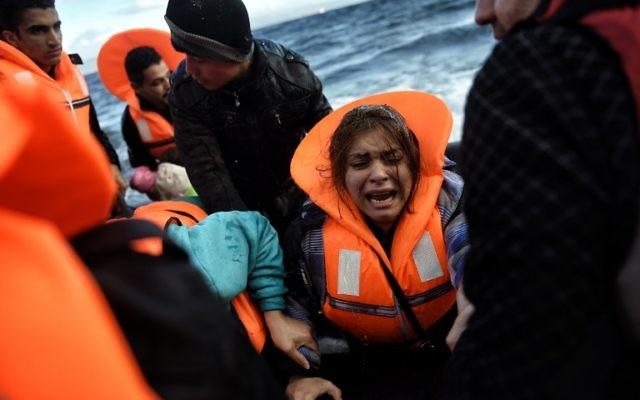Des réfugiés et des migrants arrivant à l'île grecque de Lesbos après avoir traversé la mer Égée de la Turquie le 1er octobre 2015 (Crédit : AFP PHOTO / ARIS MESSINIS)