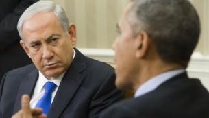 Le président américain Barack Obama (à droite) et le Premier ministre israélien Benjamin Netanyahu lors d'une réunion dans le bureau ovale de la Maison Blanche à Washington, le 9 novembre, 2015 (Crédit : AFP / Saul Loeb)