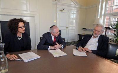 Le président du parti travailliste britannique, Jeremy Corbyn (à droite), avec le président du Board of Deputies of British Jews, Jonathan Arkush (au centre) et sa directrice Gillian Merron (à gauche), le 9 février 2016. (Autorisation)