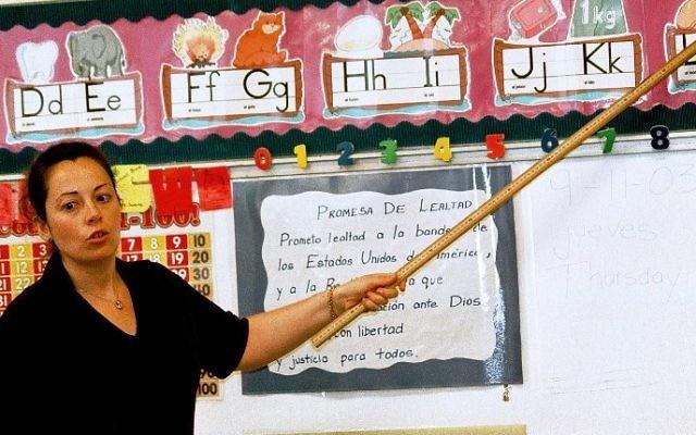 Un professeur de cp faisant un cours sur les prononciations espagnoles en 2003 au Texas (Crédit : Villafuerte / Getty Images / AFP)