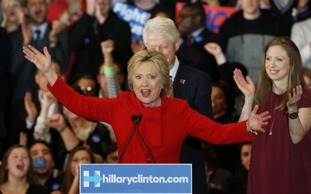 La candidate démocrate à la présidentielle Hillary Clinton devant ses partisans, accompagnée de l'ancien président américain Bill Clinton et de sa fille Chelsea Clinton, dans le centre Olmsted à l'Université Drake le 1er février 2016 à des Moines, Iowa. (Crédit : Win McNamee / Getty Images / AFP)