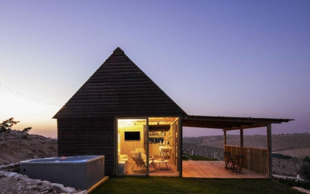 La principale cabine des Klinger, sur les hauteurs d'une colline, avec de multiples portes coulissantes pour la vue et un jacuzzi dans le jardin. (autorisation Aviad Bar-Ness)