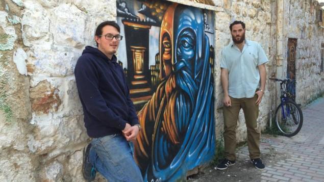 L'artiste de la Galerie Chouk Solomon Souza et son producteur Berel Hahn dans le quartier Nahlaot de Jérusalem, près d'une peinture murale de Judas Maccabée par Souza, le 25 février 2016. (Crédit : Renee Ghert-Zand/Times of Israel)