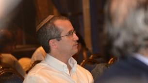 Le rabbin Chuck Davidson, l'un des rares rabbins orthodoxes célébrant publiquement des mariages non approuvés par la Halacha. (Crédit : autorisation)