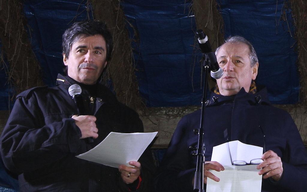 Ariel Wizman et Patrick Braoudé ont joué un passage d'une pièce de Jean-Claude Grumberg au square Ilan-Halimi (Crédit : Times of Israël Staff/Glenn CLoarec)