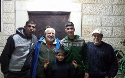 De gauche à droite : Ziad Sabateen, Lonny Baskin, Mustafa Sabateen, Muhammad Sabateen et Phil Saunders posent le soir de la libération de Muhammad après trois mois de prison. (Crédit : autorisation de Ziad Sabateen)