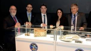 Depuis la gauche, Yitzhak Ben Israel, l'ambassadeur américain Dan Shapiro, le ministre de l'Espace Ofir Akunis, et Rona Ramon, au vernissage de l'exposition sur l'espace le 2 février 2016. (Crédit : ambassade américaine)