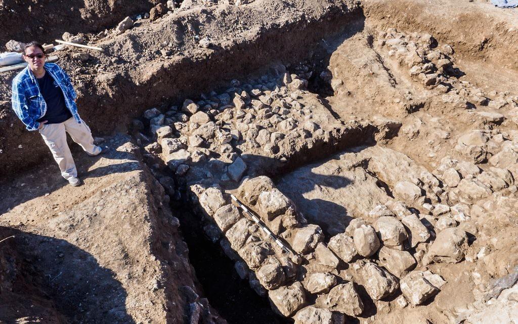 La directrice de l'Excavation, Ronit Lupo, de l'Autorité des Antiquités d'Israël à côté des vestiges d'une ancienne maison datant d'il y a 7 000 ans, dans le quartier de Shuafat, au nord de Jérusalem (Crédit : Assaf Peretz / Israel Antiquities Authority)