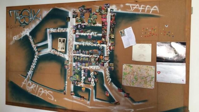 Souza et Hahn gardent un schéma de leur projet de Galerie Chouk. C'est une carte du marché Mahane Yehuda avec l'emplacement des portraits variés de Souza à Jérusalem, le 25 février 2016. (Crédit : Renee Ghert-Zand/Times of Israel)