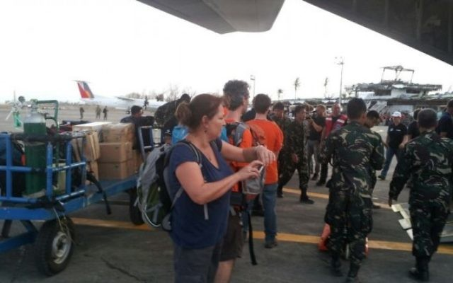 Des membres d'IsraAID arrivent aux Philippines. (Crédit : IsraAID/Nufar Tagar)