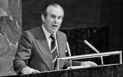 L'ambassadeur israélien aux Nations unies, Chaim Herzog s'adresse à l'assemblée générale le 10 novembre 1975 aux Nations unies, à New York. (Crédit : UN Photo/Michos Tzovaras)