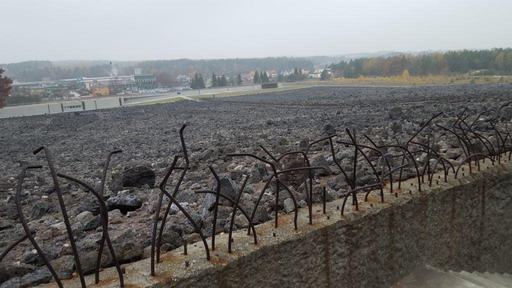 L'ancien camp de la mort nazi de Belzec, dans le sud est de la Pologne, photographié en novembre 2015. (Crédit : Matt Lebovic/The Times of Israel)