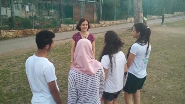Des étudiants palestiniens et musulmans avec la journaliste sur le campus de l'EIMO, près de Tel Aviv,le 18 février 2016. (Crédit : Simona Weinglass/The Times of Israel).