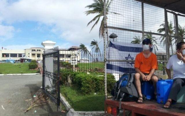 Des membres d'IsraAID aux Philippines. (Crédit : IsraAID/Nufar Tagar)