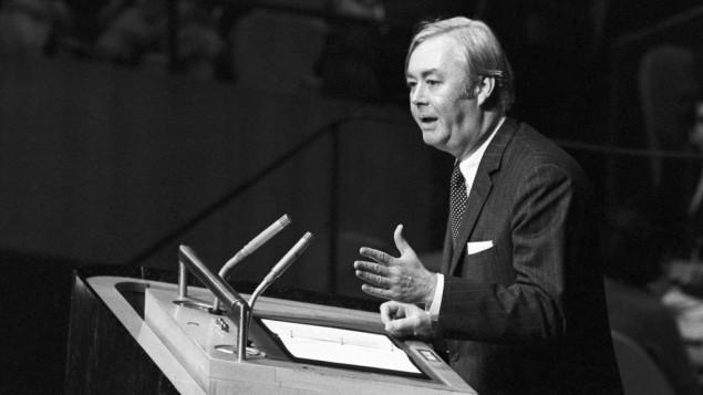L'ambassadeur des Etats-Unis aux Nations Unies Daniel P. Moynihan s'adresse à l'assemblée générale le 10 novembre 1975 aux Nations unies à New York. (Crédit : UN Photo/Teddy Chen)