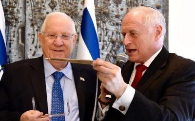Le vice président de la Conférence des présidents, Malcolm Hoenlein, présentant au président Reuven (Ruby) Rivlin un Yad Torah pendant la mission de la délégation de 2016 en Israël, le 18 février 2016 (Crédit : Avi Hayun)