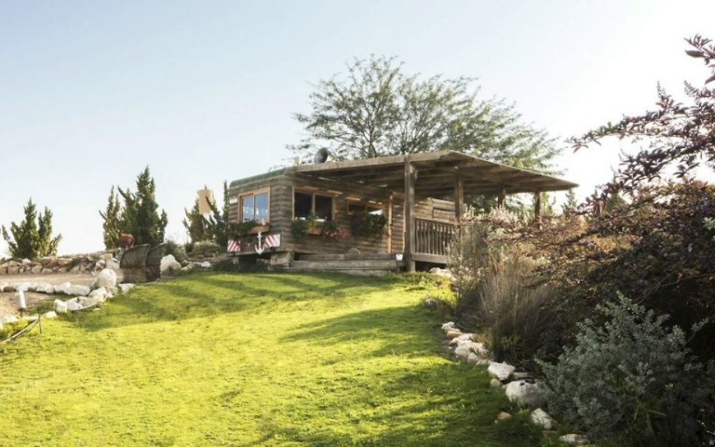La première cabine, une ancienne caravane, dans laquelle David, Tchia et leur plus jeune fils, Guy, ont vécu pendant leur première année au ranch. (autorisation Aviad Bar-Ness)