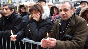 Malgré la pluie et le froid, plusieurs centaines de personnes se sont rassemblées ce dimanche devant le 229 boulevard Voltaire (XIe arrondissement), l'ancien emplacement de la boutique de téléphonie où travaillait Ilan (Crédit : Times of Israël Staff/Glenn Cloarec)