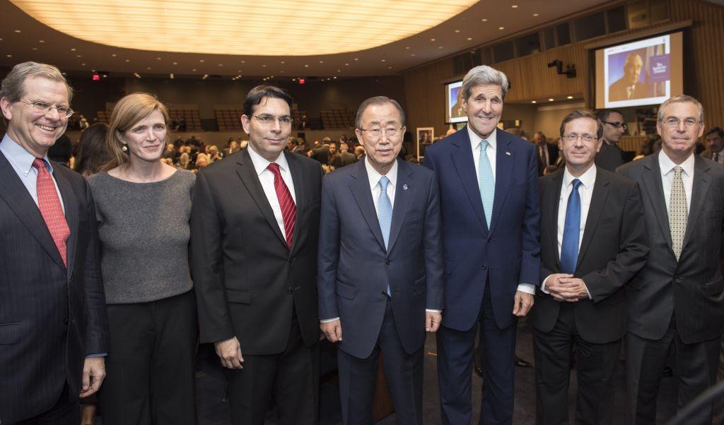 """Le secrétaire général de l'ONU Ban Ki-moon (au centre), aux côtés de l'ambassadeur israélien à l'ONU Danny Danon (à gauche) et le secrétaire d'Etat américain John Kerry, à un évènement spécial intitulé """"La bataille pour le sionisme aux Nations unies"""". Sont également présents sur la photo (de gauche à droite) : le président du comité juif américain David Harris; Samantha Power, représentante permanente des Etats-Unis à l'ONU; Isaac Herzog, dirigeant du Parti travailliste israélien, et Michael Herzog, le 11 novembre 2015. (Crédit : UN Photo/Mark Garten)"""