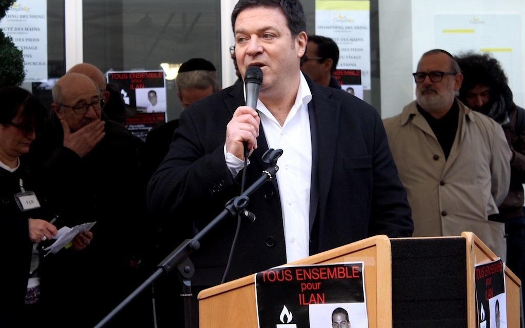 Gil Taeïb, vice-président du Fonds social juif unifié et du Crif, lors de son discours fort applaudi devant le 229 boulevard Voltaire (Crédit : Times of Israël Staff/Glenn Cloarec)