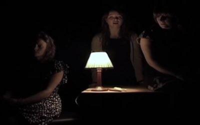 """Une scène de la pièce «Sept enfants juifs"""" jouée par des étudiants en théâtre (Capture d'écran YouTube )"""