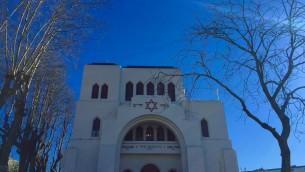 La façade de la synagogue Kadoorie – Mekor Haim à Porto, au Portugal, le 30 janvier 2016. (Crédit : Rachel Delia Benaïm/Times of Israël)