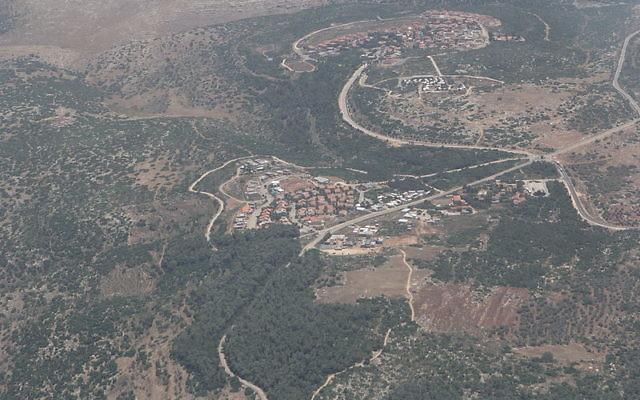 Vue aérienne de l'implantation de Hinanit, près de Jénine, dans le nord de la Cisjordanie. (Crédit : Tamir Bejerano (travail personnel) / WikiCommans CC BY-SA 3.0)