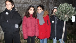 Quatre enfants ont planté symboliquement un olivier dans le jardin Ilan-Halimi, accompagnés par la chanteuse Laura Mayne du groupe Native qui entonnait son tube «Si la vie demande ça», chanson qu'écoutait Ilan quand il avait une dizaine d'années (Crédit : Times of Israël Staff/Glenn Cloarec)