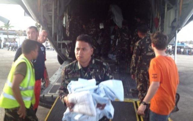 Des membres d'IsraAID arrivent aux Philippines avec de l'aide humanitaire. (Crédit : IsraAID/Nufar Tagar)