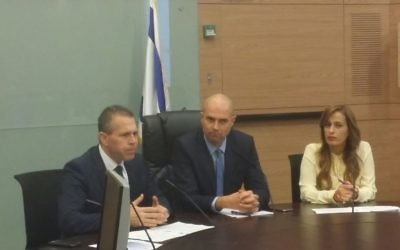 Le député du Likud, Amir Ohana (au centre), entouré par le ministre de la Sécurité intérieure Gilad Erdan (à gauche) et la députée du Likud Nava Boker à la première réunion d'une commission à la Knesset sur le lobbying pour le contrôle moins restrictif sur les armes à feu à la Knesset à Jérusalem le lundi 15 février 2016 ( Crédit : Knesset)