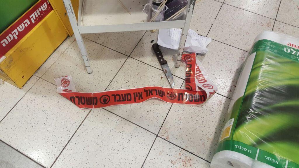 Un des couteaux utilisés dans une attaque au couteau dans un supermarché dans la zone industrielle de Shaar Binyamin, au nord de Jérusalem, le 18 février 2016 (Crédit : police israélienne)
