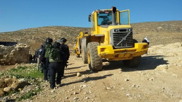 Des soldats de l'administration civile israélienne démolissent des constructions illégales dans le sud des hauteurs de Hébron, le 2 février 2016. (Crédit : Nasser Nawaja/B'Tselem)