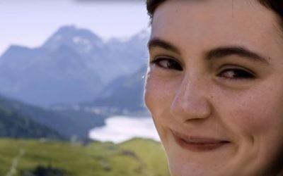 Lea van Acken, 16 ans, qui incarne le rôle d'Anne Frank dans la nouvelle adaptation allemande adaptation du journal d'Anne Frank (Crédit : Capture d'écran YouTube)