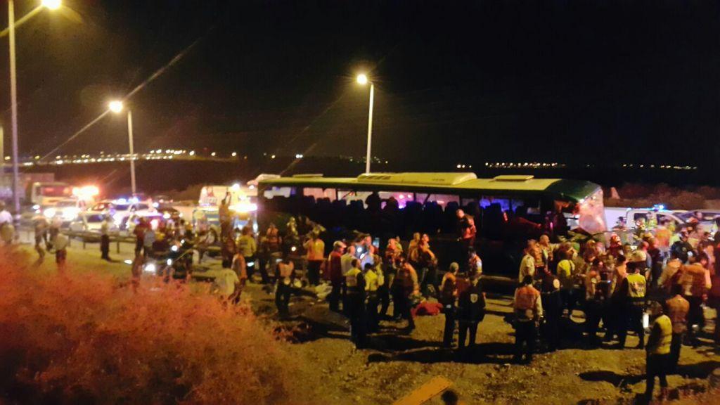 La scène de l'accident de bus sur la route 1 route près de l'intersection d'Anava le 14 février 2016 (Crédit : United Hatzalah)