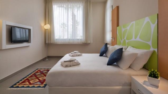 Chambres séparées, lignes nettes et toujours nouvelles dans presque toutes les chambres du Desert Iris (Crédit : autorisation Assaf Pinchuk)