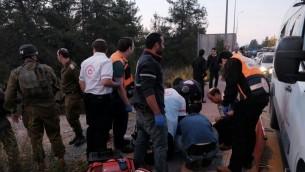 Photos de la scène d'une fusillade au Gush Etzion en Cisjordanie le 19 novembre 2015 (Crédit : Magen David Adom)